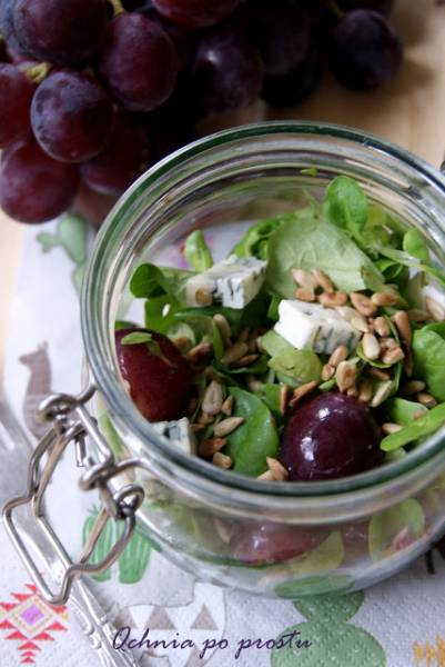 Sałatka z roszponki, winogron i sera lazur