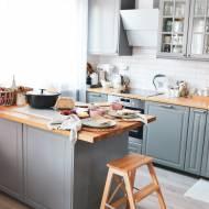 Jak stworzyć funkcjonalną wyspę w małej kuchni? Sprawdź czy wiesz, jak wypiec chleb z gara żeliwnego lub jak upiec pyszny biszko