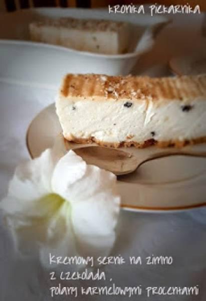Kremowy sernik na zimno z czekoladą, polany karmelowymi procentami