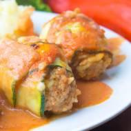 Gołąbki zawijane w cukinię zapiekane w sosie pomidorowym