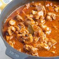 Mamy bardzo dobry przepis na gulasz wieprzowy. Dużo aromatycznego sosu i mięciutkie mięso