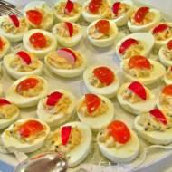 Jajka faszerowane żółtym serem i rzodkiewką