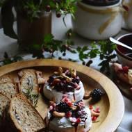 Zapiekany Camembert z gorącymi jeżynami w miodzie