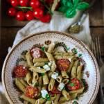 Makaron z pesto, pomidorami i feta
