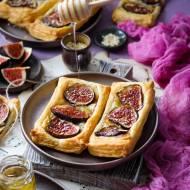 Ciasto francuskie z figami, serem camembert i miodem