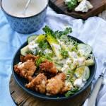 Chrupiący kurczak z sałatką Caesar i sosem blue cheese