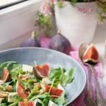 Sałatka z figami, rukolą i serem pleśniowym