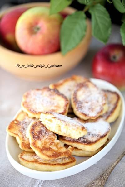 Placki drożdżowe z jabłkami.