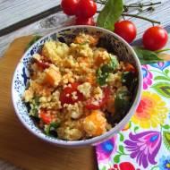 Salatka z batatem, szpinakiem i pomidorami