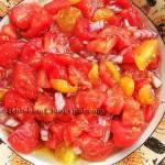 Surówka z pomidorem, czerwoną cebulą i olejem czosnkowym