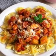 Makaron z kurczakiem i cukinią w pomidorowej potrawce