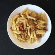 Makaron z kurkami i suszonymi pomidorami