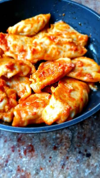 Pierogi z kaszą gryczaną i z grzybami w sosie pomidorowym z mozzarellą.