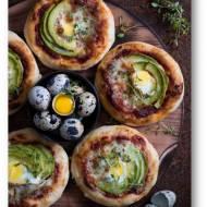 Mini pizze z awokado i przepiórczym jajem