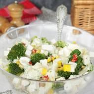 sałatka z brokułem fetą jajkiem kukurydzą papryka