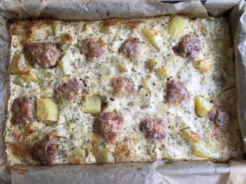 Zapiekane pulpety z ziemniakami w sosie śmietanowo-koperkowym