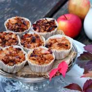 Babeczki jabłkowo-jaglane z karmelizowanymi owocami i płatkami owsianymi