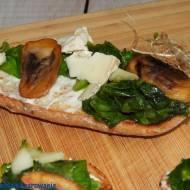Grzanki z gorgonzolą, szpinakiem i pieczarką