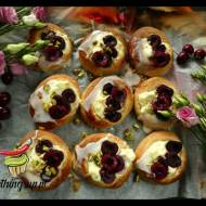 Drożdzówki z serem i czereśniami