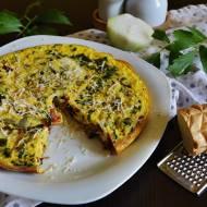 Omlet z suszonymi pomidorami, kiszonym ogórkiem i oscypkiem.