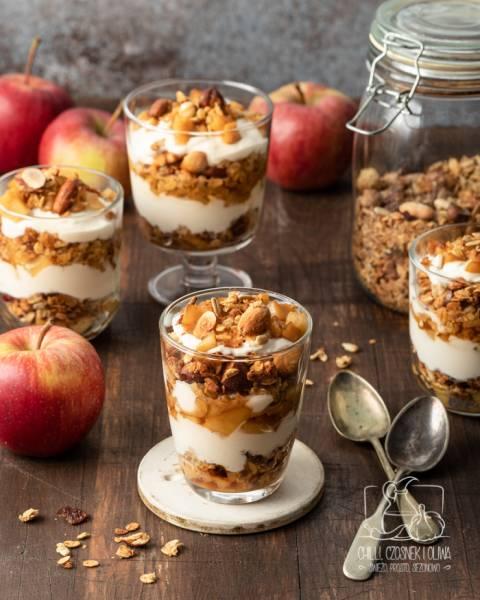 Jesienne śniadanie: domowa granola jabłkowa oraz warstwowy deser-szarlotka
