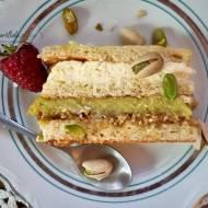 Ciasto migdałowe z kremem z pistacji, limonki i prażynką.