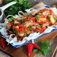 Makaron ryżowy z kurczakiem, warzywami i sosem śliwkowym