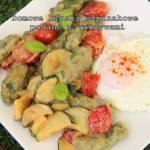 Domowe kluski szpinakowe podane z warzywami