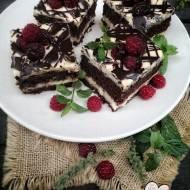Ciasto kakaowe z kremem z masłem orzechowym i malinami