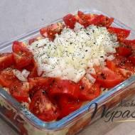 Sałatka z pomidorów i żółtego sera