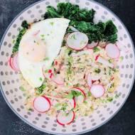 Czosnkowy ryż z jarmużem i jajkiem