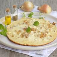 Pizza z patelni z tofu, cebulą i serem żółtym