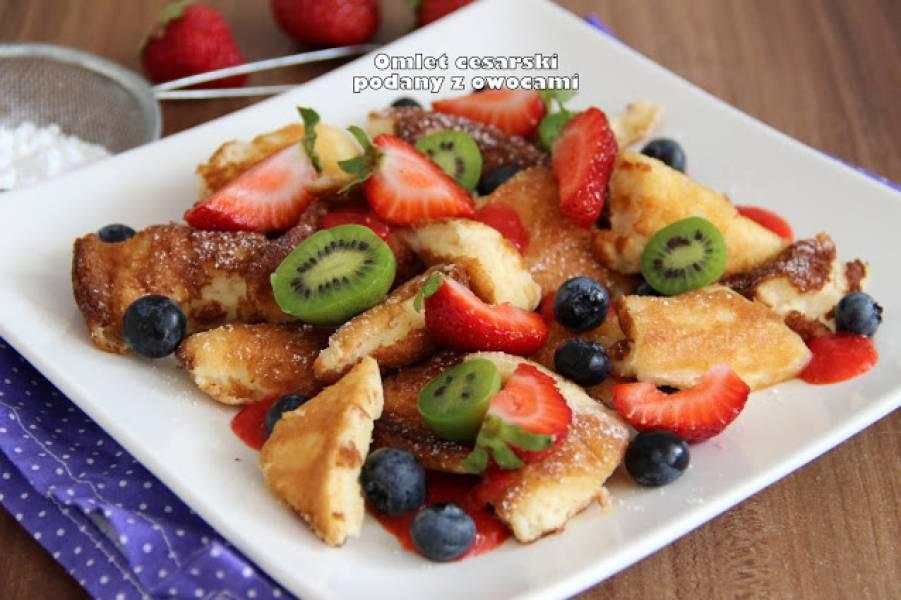 Omlet cesarski podany z owocami
