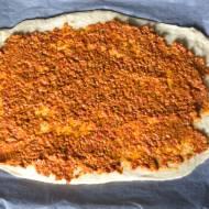 Pleciony chlebek z pastą orzechowo-paprykową
