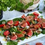 Sałatka ze szpinakiem, szynką parmeńską i figami