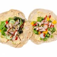 Tortille z kurczakiem, warzywami i humusem