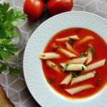 Zupa krem ze świeżych pomidorów. Podana z makaronem.