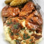 Szynka wieprzowa w sosie z grzybami i kiszonym ogórkiem