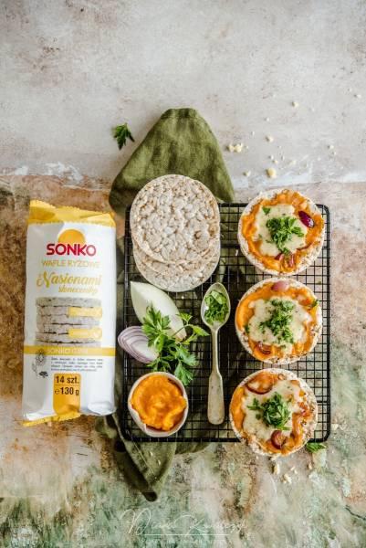 Zapiekanki z wafli ryżowych z dynią, cebulą i cheddarem