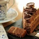 Tort czekoladowy z serem i orzechami – idealny na urodziny i inne ważne okazje