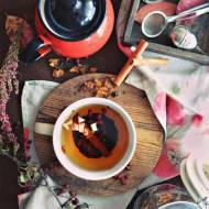 Domowa herbata W październikowym sadzie