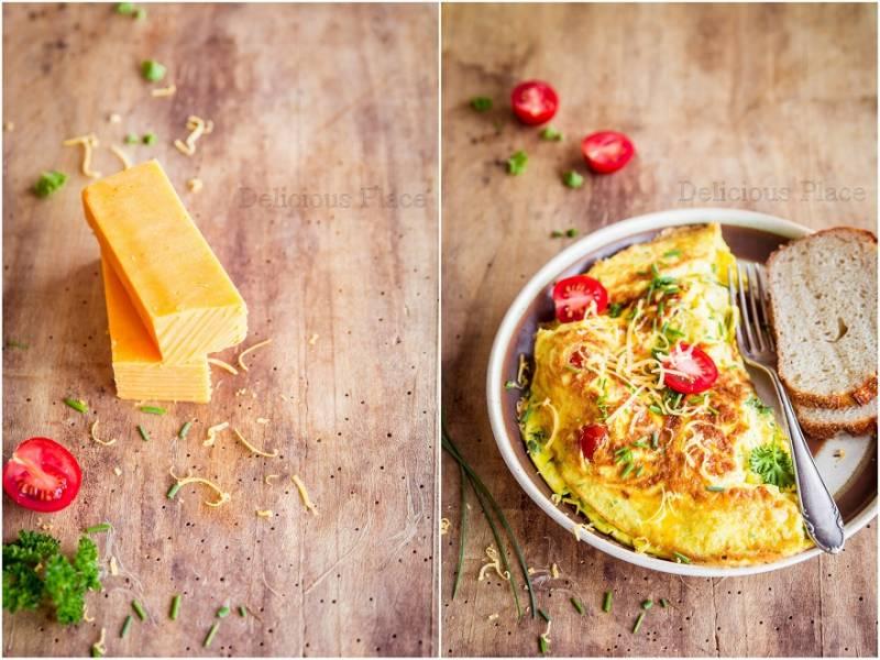 Ziołowy omlet z cheddarem i pomidorkami / Herbal omelette with cheddar and cherry tomatoes
