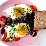 Jajka sadzone na pomidorach i kaszance