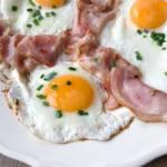 Śniadaniowe jajka sadzone z bekonem