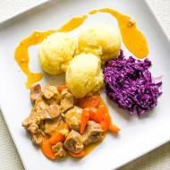 Gulasz z szynki wieprzowej, ziemniakami i czerwoną kapustą