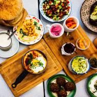 Samodzielne gotowanie czy catering? Podpowiadamy, co lepiej sprawdzi się na domowej imprezie