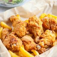 Przepis na kurczaka KFC. Jak zrobić go w domu? Pałki w słynnej panierce