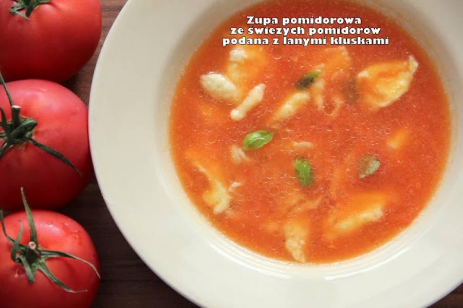 Zupa pomidorowa ze świeżych pomidorów podana z lanymi kluskami