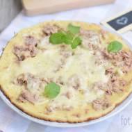 Pizza z patelni z tuńczykiem i serem żółtym