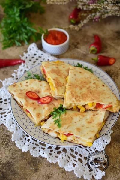 Quesadillas z kurczakiem i salsą paprykowo-pomidorową